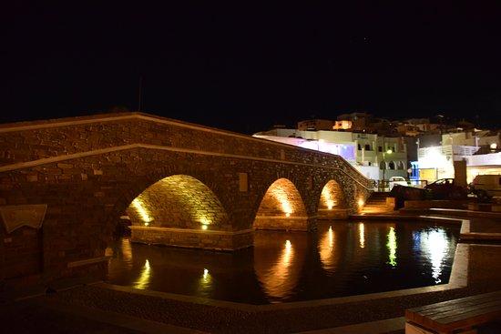 Naoussa, Grekland: Brücke im Dorf