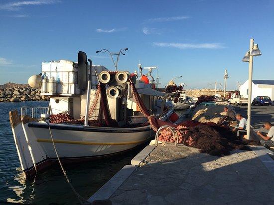 Naoussa, Grekland: Fischerboote in der Fussgängerzone