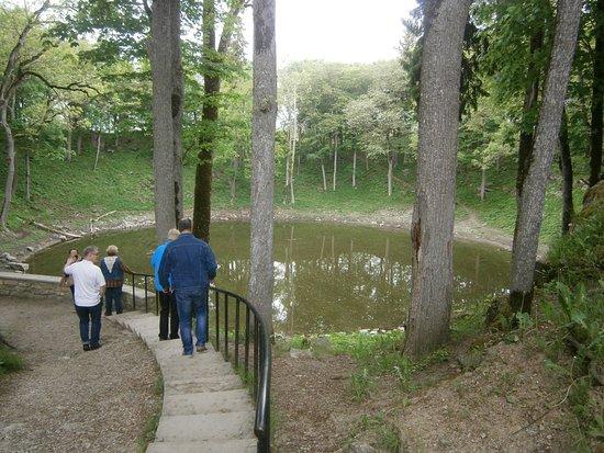 Saaremaa, Estonia: Trappan ner till meteoritkratern.
