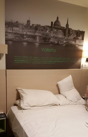 Hotel Santana: Nice Valleta Photo over bed