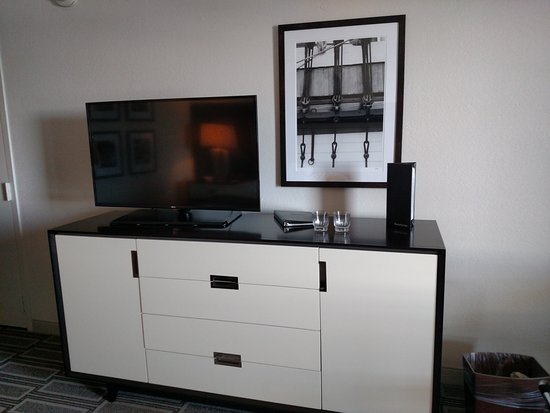 League City, Teksas: Nice TV with lots of storage. Decor was subtle.