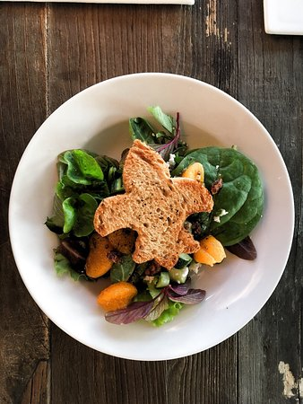 North Fort Myers, FL: Hundred Acre Salad with olive bread