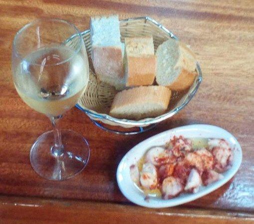 Irun, Espagne : Excelente tapa de pulpo, albariño en copa de lujo y pan abundante de dos tipos