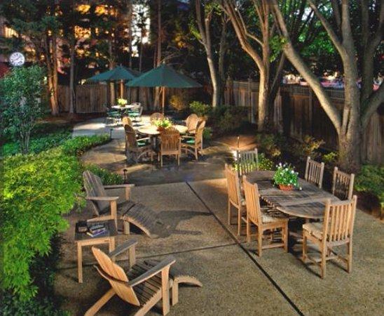 Bethesda Court Hotel: Courtyard