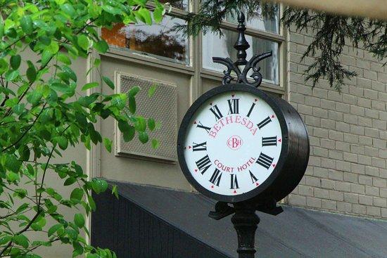 Bethesda Court Hotel: Courtyard Clock