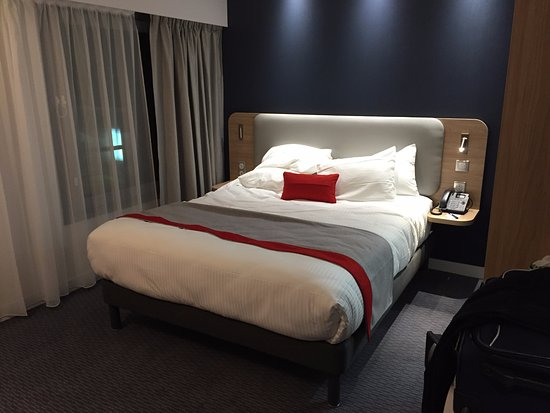 Velizy-Villacoublay, Francia: Nice double bed. Very nice bedding. Comfortable for one person. Probably ok for two.