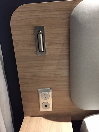 Velizy-Villacoublay, Frankrike: USB charger by the bed. Almost a must now a days.