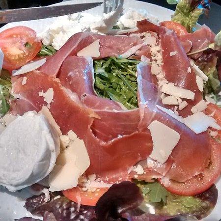 Igny, France: la salade Italienne