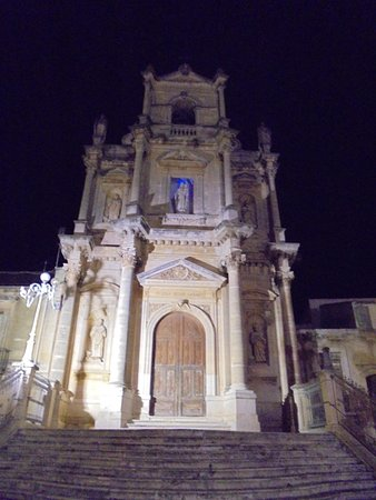 Floridia, Italia: La chiesa by night