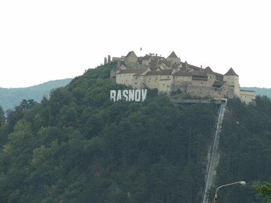 Rasnov, Romanya: Looking from far to the fortress
