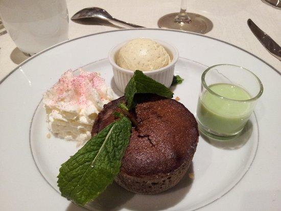 Champs-sur-Marne, Francia: fondant au chocolat boule vanille et crème pistache (excellent)