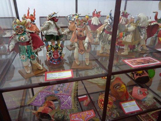 Museo Charcas (University Museum Colonial & Anthropological): Miniaturas de trajes y máscaras folclóricos bolivianos
