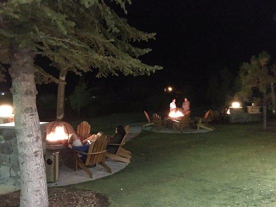 Lake Tahoe Vacation Resort: Utanför hotellet fanns uteplatser att sitta och mysa på :-)