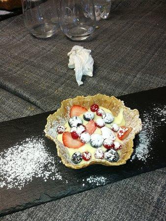 Altopascio, Italia: Pranzo, crema catalana, crema con frutti di   bosco e super tagliata con funghi porcini trifolat