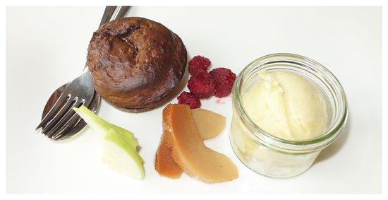 Montagna, Włochy: Lauwarmes Schokoladen- Birnentörtchen Vanilleeis