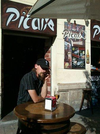 Esta situado en un lateral de la plaza de la merced, (alli nacio el ilustre pintor Pablo Ruiz Pi