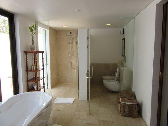 The Residence Zanzibar: Very large bathroom in 2 bedroom bungalow