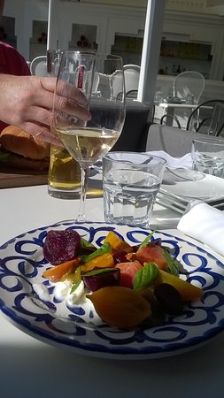 Oakville, Canadá: lovely beets n wine for lunch a perfect combo