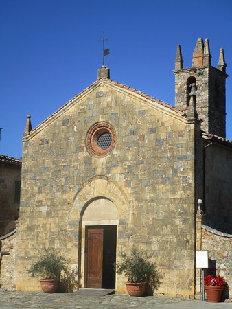 Monteriggioni, Italie : Facciata della chiesa con campanile