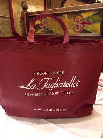 La Tagliatella: Bolsa con la que te entregan lo que ha sobrado de la comida para que te lo lleves a casa!!!!