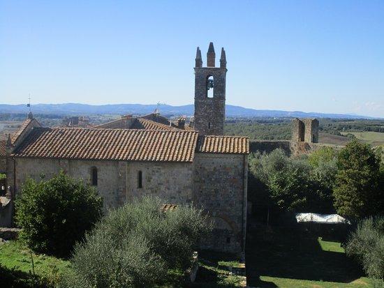 Monteriggioni, Italien: La chiesa di S. Maria Assunta vista dall'alto delle mura
