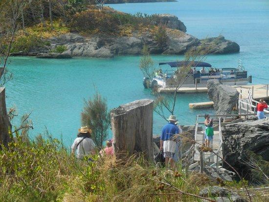 Hamilton, Islas Bermudas: Our 'yacht' waiting with rum swizzles