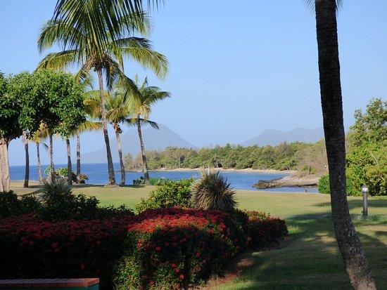 Pierre & Vacances Village Club Sainte Luce: Face à la plage devant l'espace piscine
