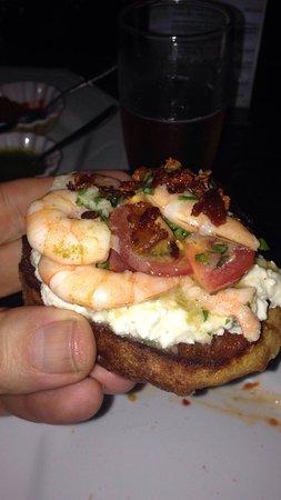 Lauro de Freitas: Bruschetta de camarões, Brie e crocante de bacon