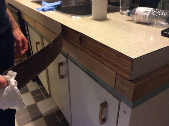 Calabogie, Kanada: Kitchen counter needing repair