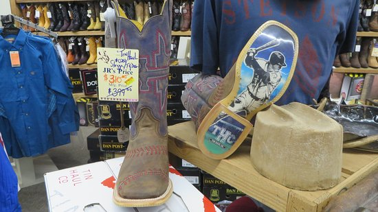 Diamond, Μιζούρι: cool boots in the western store