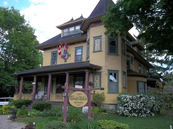 Sleepy Hollow Bed & Breakfast: Room with spa in the corner turret