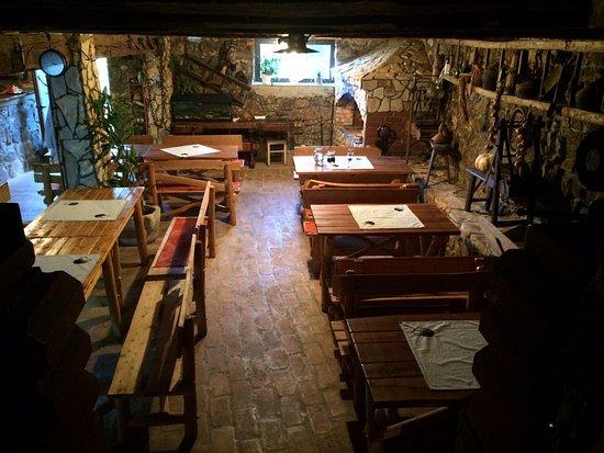 La sala da pranzo dell\' agriturismo, rustica, semplice, autentica ...