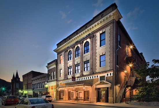 Clifton Forge, Wirginia: The Historic Masonic Theatre at night
