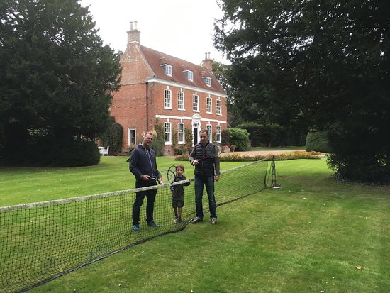 Louth, UK: Great tennis court - champagne and strawberries optional