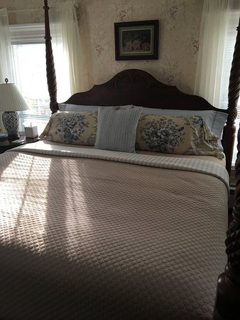 Centerville, MA: Wonderful King bed with good sheets