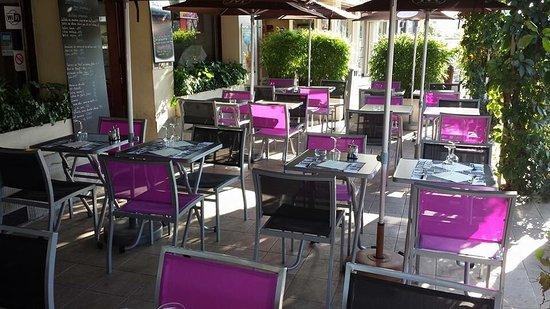 Champs-sur-Marne, Francia: Terrasse d'été avec ombrage naturel