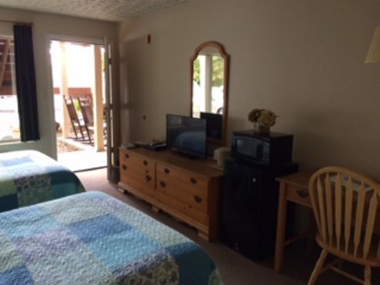 Sandy Hook, Кентукки: View from inside the room looking out the door to the patio w/rocking chairs.