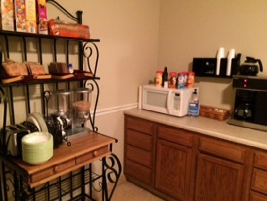 Sandy Hook, Кентукки: Breakfast room was small but fully stocked & clean!