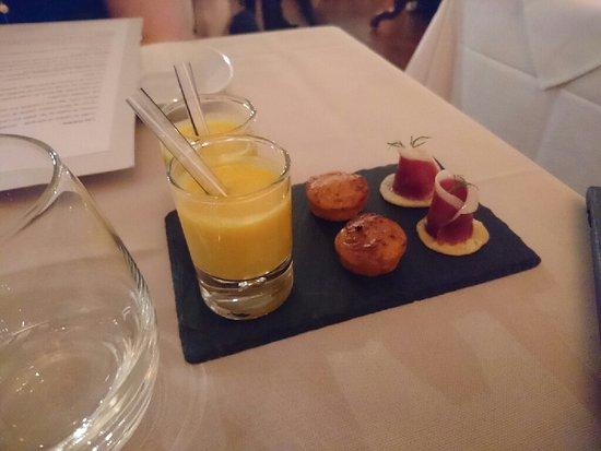 Hauterive, Svizzera: Repas en amoureux dans la belle salle orange