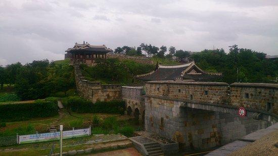 Suwon, Corea del Sur: Крепостная стена (на Восток).