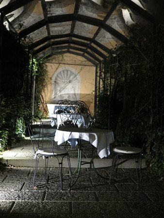 Classic Hotel: Inviting hotel garden couurtyard.