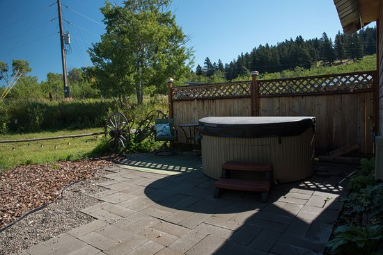 Saint Mary, Μοντάνα: The backyard with hot tub and bistro table/chairs.