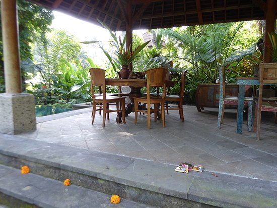 Mas, อินโดนีเซีย: the dining pavilion with Balinese offerings on the steps...