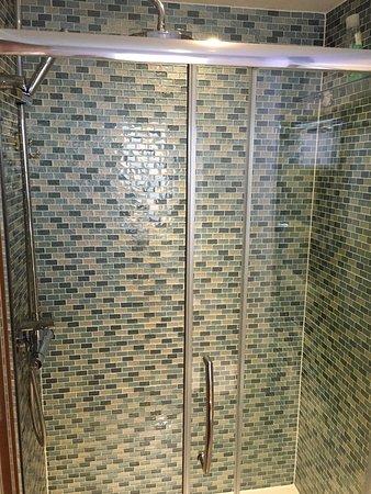 Port Ellen, UK: Large shower in the Ardbeg Room.