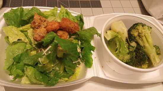 Douglasville, GA: Sides: broccoli and ceasar salad...not worth the money
