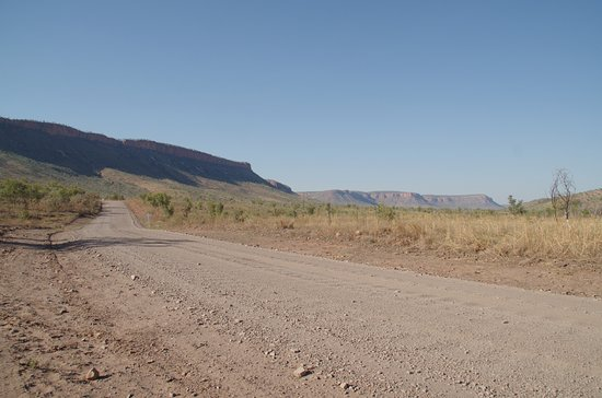 Kununurra, Austrália: A long corrugated road into the resort from the highway.