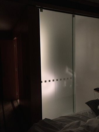 Novotel Auckland Airport: Bathroom lights on - you can see anyone in the shower (and privacy screen is closed).