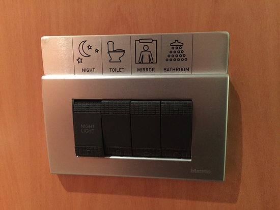 Novotel Auckland Airport: All wall switches are labelled - clever!