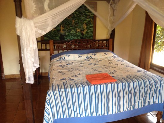 Ina Inn Bungalows: Totally different to photos on booking.com was expecting clean light and airy accommodation but