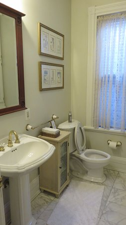 Cardozo Guest House : lots of space in the bathroom